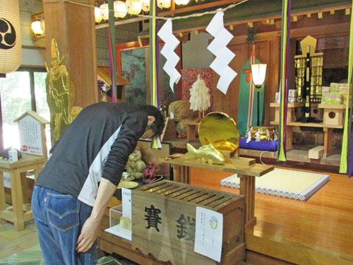 玉串奉奠の儀で玉串を拝納し二礼二拝一礼をして宝くじの大当たりを神様にお願いをします