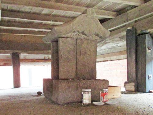 拝殿の下に祀られている野崎隠岐守綱吉の墓