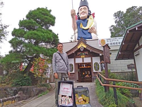 拝殿の前で恵比寿様をバックにご祈祷をしたハロウィンジャンボ宝くじで記念撮影