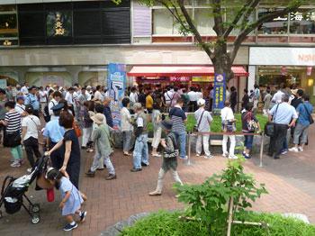 売場の前の広場は多くのお客さんで賑わっています