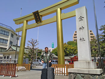 黄金色の大鳥居がある金神社で記念撮影