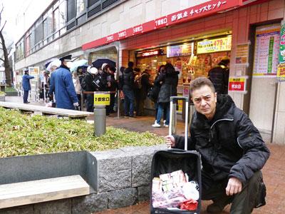 売場の前で今日買った宝くじで記念撮影