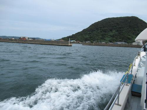 唐津本土から船で高島に上陸するところ