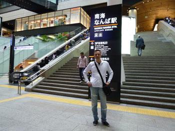 南海なんば駅の構内の階段で記念撮影