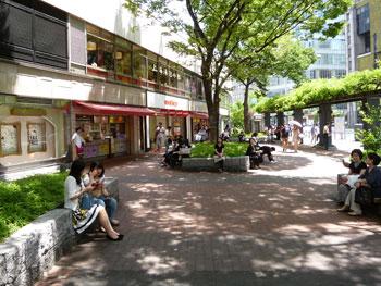 西銀座チャンスセンターの前の広場