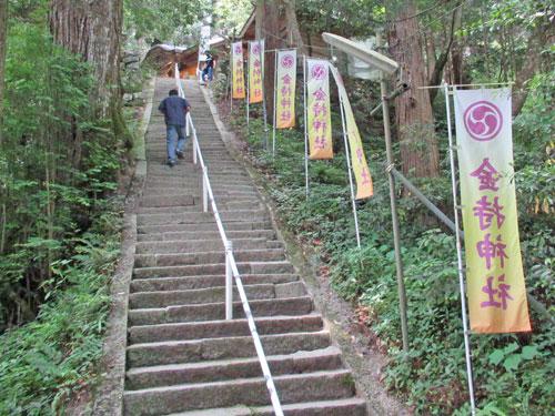 急な階段の参道