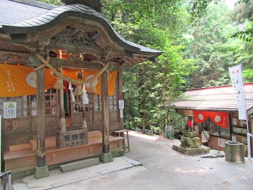 古い作りの金持神社の拝殿