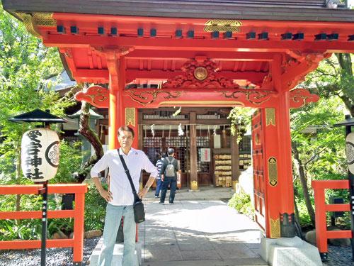 丹塗りの門の愛宕神社の提灯で記念撮影