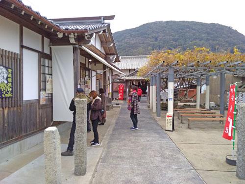 多くの参拝客で賑わう宝当神社の境内