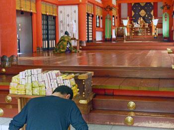 宮司さんの口上が広い本殿に響き渡ります