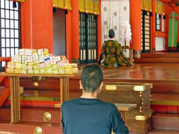 本殿の中でご祈祷の開始です