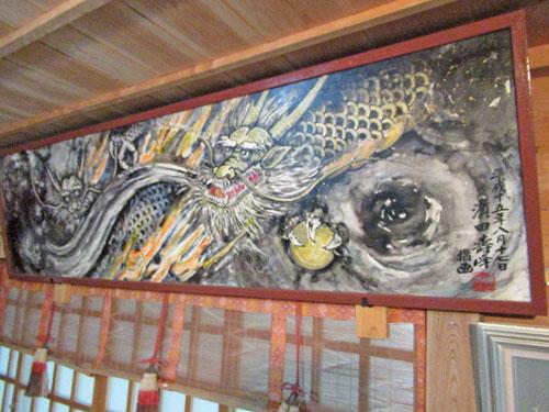 拝殿の中には指で描いたという迫力のある濱田壽峰作の指画龍神之図