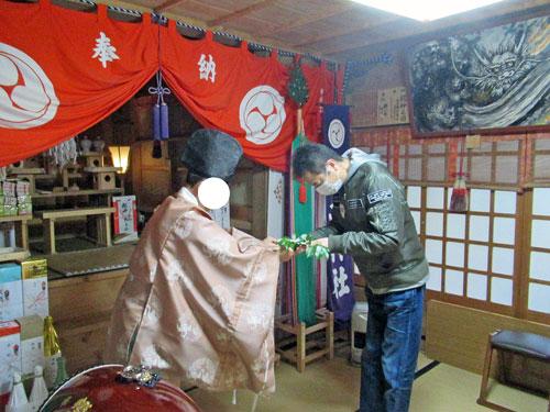 宮司さんから玉串を渡されました