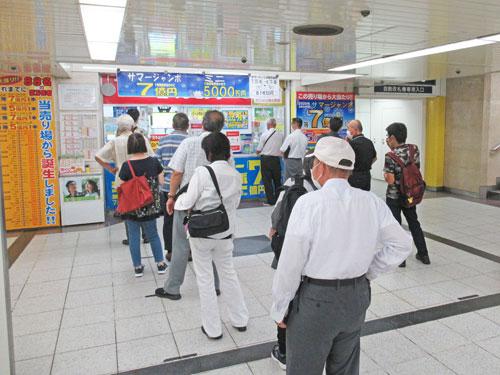多くのお客さんで行列が発生中の名鉄観光名駅地下支店