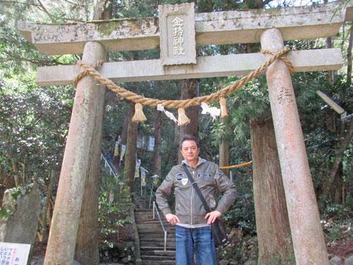 金持神社の鳥居で参拝記念撮影