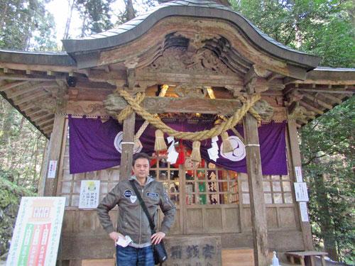 金持神社の拝殿の前で記念撮影