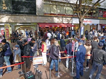 売場の前の広場は凄い数のお客さんで大混雑