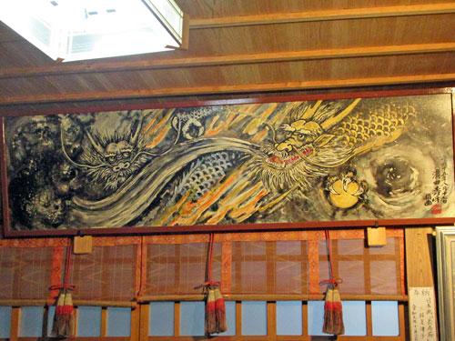 拝殿の中には指で描いた竜の絵があります