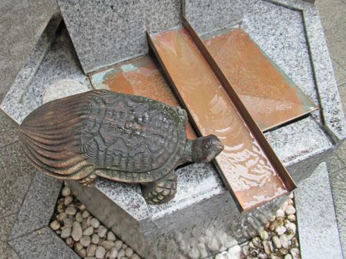 銭洗い弁財天の下の亀の銅像