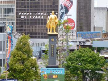 岐阜駅前の黄金の織田信長像