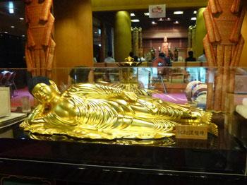 黄金の釈迦涅槃像