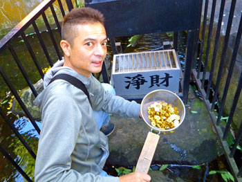 銭洗いの瀧で五円玉を洗い清めます