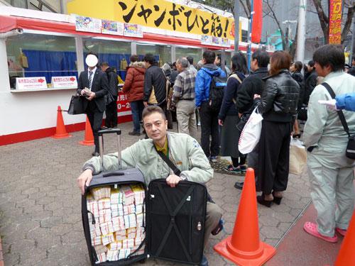 大阪駅前第4ビル特設売場で年末ジャンボ宝くじ購入代行サービス風景