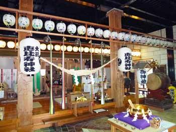 金ぴか物が多く祀られた祭壇
