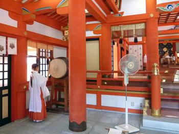 本殿の中で巫女さんの太鼓で祈祷の開始