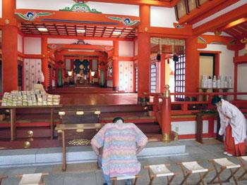 非常に広い本殿の中で祈祷が進行します