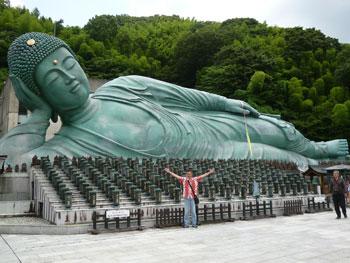 巨大な釈迦涅槃像(しゃかねはんぞう)