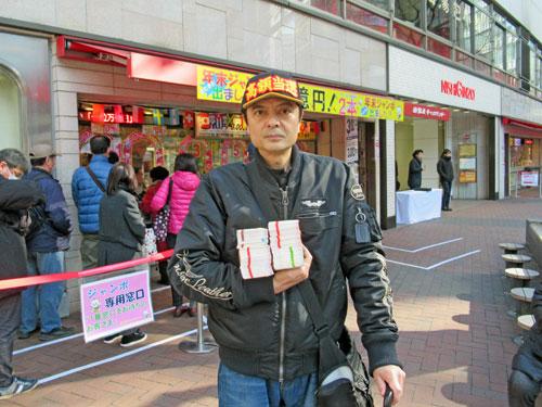 今日買ったジャンボ宝くじを持って売場の前で記念撮影