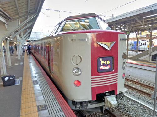 岡山駅から発車する特急やくも