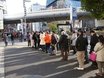 有楽町阪急迄伸びた一番窓口の行列