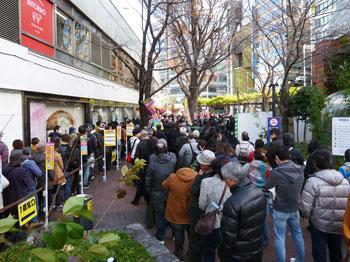 西銀座チャンスセンター入口の大混雑