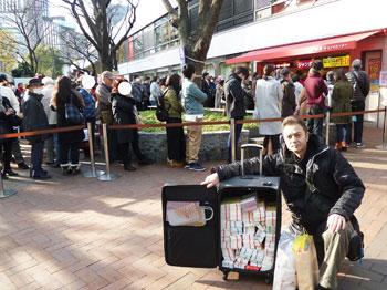 売場の前で購入した年末ジャンボ宝くじで記念撮影