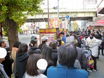 売場の前に歩道に大勢のお客さんが並んでいます