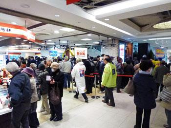売場の前のスペースはすごい数のお客さんで大混雑です
