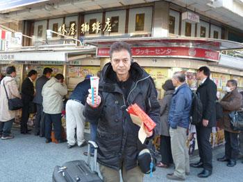 売場の前で買った宝くじを持って記念撮影