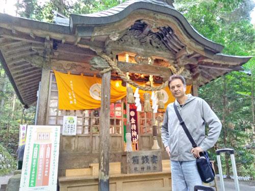 金持神社の拝殿で参拝記念の写真撮影