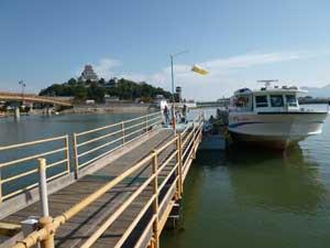 海上バス乗り場の船