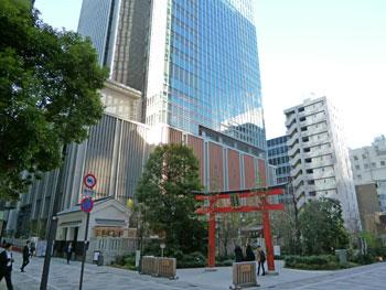 高層ビル群に囲まれた福徳神社