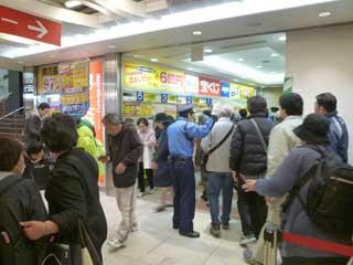 売場の前は大混雑です