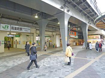 早朝の有楽町中央口駅前