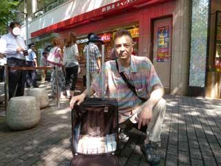 売場の前で購入した宝くじで記念撮影