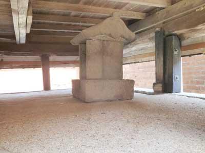 本殿下にある野崎隠岐守綱吉様のお墓です