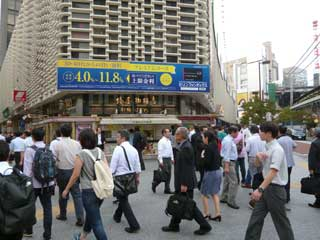 駅前は大勢の人であふれています