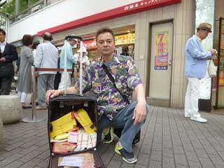購入した3400枚の宝くじをバックに詰めて売場の前で記念撮影