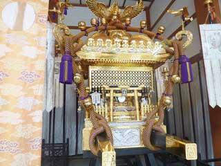 金の装飾が派手な神輿