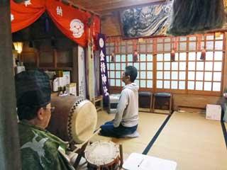 宮司さんによる太鼓で祈祷が始まります